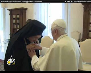 Εμαννουήλ φιλά το χέρι του Βενέδικτου