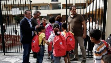 Προσφυγόπουλα στο προαύλιο του 72ου Δημοτικού σχολείου, κατά τη διάρκεια της πρώτης μέρας μαθημάτων του προγράμματος του υπουργείου Παιδείας, για παιδιά προσφύγων και μεταναστών, Αθήνα Δευτέρα 10 Οκτωβρίου 2016. ΑΠΕ-ΜΠΕ/ΑΠΕ-ΜΠΕ/ΓΙΑΝΝΗΣ ΚΟΛΕΣΙΔΗΣ